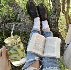 Мохито + рваные джинсы + дерево + лес + природа + книга +ноги