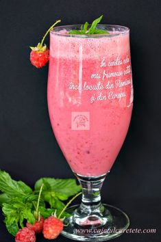 Milshake cu zmeura - CAIETUL CU RETETE Milkshake, Delicious Desserts, Yummy Food, Cocktails, Drinks, Nutribullet, Healthy Summer, Food Coloring, Hurricane Glass