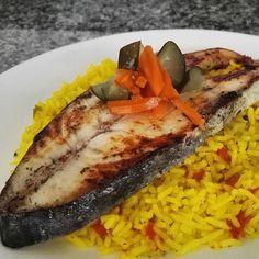 #FoodBlog La #almuerzo de hoy: Rueda de dorado acompañado de cama de #arroz con #curcuma y encurtidos #LunchTime #delicious #goloso #comidavenezolana