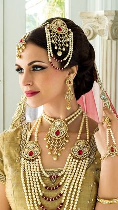 Latest Indian jewelry sets for bridals on the weddings, the bride is fully dressed up on the wedding Fashion For Petite Women, Womens Fashion Casual Summer, Womens Fashion For Work, Moda Indiana, Indian Wedding Hairstyles, Fashion Over 40, Women's Fashion Dresses, Street Style Women, Indian Fashion