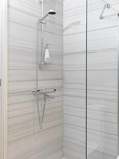 Älä suotta pelkää isoja laattoja pienessä tilassa: Asuntomessut 2014. Pukkila Track Lighting, Bathroom Ideas, Toilet, Ceiling Lights, House, Home Decor, Flush Toilet, Decoration Home, Home