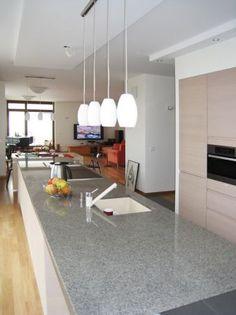 Szary blat kuchenny wykonany z granitu Bohus Grey (gr. 3cm). /// Greyish kitchen worktop made of granite Bohus Grey (thickness 3cm). /// @imarpolska
