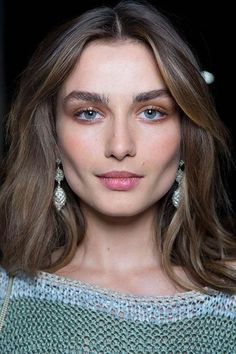 """'Rich Girl' Makeup Looks Like From textured brows to old hollywood waves, """"rich girl"""" beauty is taking a notably opulent turn this season.From textured brows to old hollywood waves, """"rich girl"""" beauty is taking a notably opulent turn this season. Beauty Make-up, Natural Beauty Tips, Beauty Care, Beauty Hacks, Hair Beauty, Beauty Skin, Beauty Ideas, Beauty Guide, Beauty Secrets"""