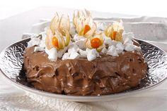 Suklaa-marenkikakku ✦ Suklaa-marenkikakku on ehdoton valinta todelliseen makean nälkään. Crème fraîche ja appelsiini raikastavat kokonaisuuden. http://www.valio.fi/reseptit/suklaa-marenkikakku/