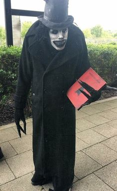 This very accurate Babadook cosplay. : creepy - COSPLAY IS BAEEE! Tap the pin now to grab yourself some BAE Cosplay leggings and shirts! From super hero fitness leggings, super hero fitness shirts, and so much more that wil make you say YASSS! Costume Halloween, Halloween Diy Kostüm, Halloween Vintage, Scary Halloween Decorations, Scary Halloween Costumes, Halloween Horror, Costumes For Men, Halloween Garden Ideas, Creepy Halloween Makeup