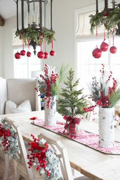 Red and White Christmas Tablescape with Fresh Greenery Noel Christmas, Rustic Christmas, White Christmas, Christmas Wreaths, Christmas Crafts, Elegant Christmas, Christmas Ideas, Modern Christmas, Simple Christmas