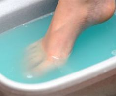 Listerine foot soak is said to be very good and effective in treating lots of feet care issues like toenail fungus, cracked heels, having corns and calluses on… Toenail Fungus Remedies, Toenail Fungus Treatment, Natural Treatments, Nail Treatment, Natural Cures, Health Tips, Listerine Foot Soak, Health Care, Cleaning
