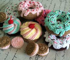 Set de Cupcakes, Galletitas y Donas tejidas a Crochet  Ideal para que jueguen los niños, son productos suaves y blandos, tejidos a mano, rellenos con vell...