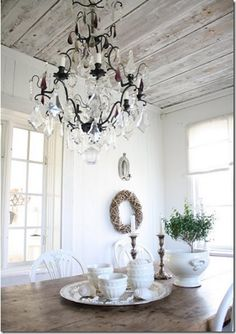 adore the wood ceiling, would love to do this in the master!