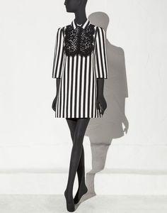 ХЛОПКОВОЕ ПЛАТЬЕ-ТРАПЕЦИЯ В ПОЛОСКУ С КРУЖЕВНОЙ МАНИШКОЙ - Платья длиной 3/4 - Dolce&Gabbana - Лето 2015