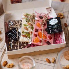 Весна пришла! И мы активно принимаем заказы к 8 марта!    Наши варианты сладких презентов: ✔️наборы стандартных плиток и миксы из плиток разных размеров; ✔️наборы из шоколадок-комплиментов; ✔️ наборы мендиантов (круглые и сердца); ✔️наборы микс из плиток и мендиантов;   Шоколад в наборах- на Ваш выбор!   Фото- @trushkina_lena   #8марта #подарки #шоколадручнойработы #шоколадсоль