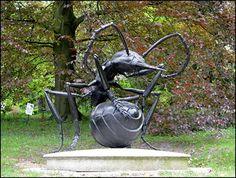 Socha mravence - vojaka v obranne pozici v plzenske botanicke zahrade. / Statue of soldier ant in defending position in Plzen botanical garden.