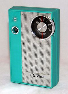 Old School Radio, Retro Vintage, Vintage Airline, Pocket Radio, Vintage Television, Retro Radios, Antique Radio, Montgomery Ward, Transistor Radio