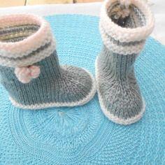 petit botte gris et multicolore rose tricoter a la main taille 3 6 mois