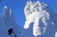 Enormi, spettacolari e rigorosamente di neve e ghiaccio. Sono le sculture che stanno prendendo forma nella provincia cinese di Heilongjiang, nel Nord Est del Paese, in occasione del festival dedicato a questa particolare forma d'arte.