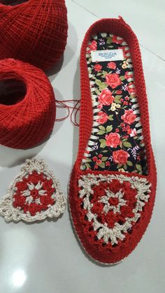 Learn how to crochet shoes with this easy free crochet pattern and tutorial. This Pin was discovered by gül Discover thousands of images about Cr Crochet Slipper Boots, Crochet Sandals, Knit Shoes, Knitted Slippers, Crochet Doily Rug, Diy Crochet, Crochet Designs, Crochet Patterns, Barefoot Sandals Pattern