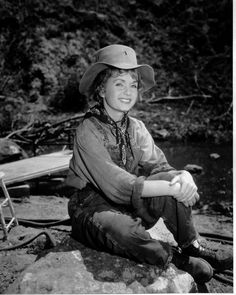American actress Debbie Reynolds sitting in overalls and a hat, as she appears in the western 'The Second Time Around', directed by Vincent Sherman, Debbie Reynolds Carrie Fisher, Carrie Frances Fisher, Hollywood Stars, Classic Hollywood, Old Hollywood, The Unsinkable Molly Brown, Eddie Fisher, Vintage Glamour, Celebs