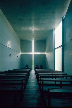 The Pritzker Architecture Prize 1995 Tadao Ando-Church of the Light   노출 콘크리트, 철, 유리 등의 재료를 있는 그데로 사용하는 것이 그의 건축의 특징 중 하나이다. 매우 절제된 금욕적 태도와 보편적 건축어휘를 주변 자연과 결합시키는 안도의 작품은 꼬르뷔제와 미스, 칸의 정신과 기법을 조화롭게 반영하고 있으며 모더니즘의 새로운 방향을 제시하고 있다.