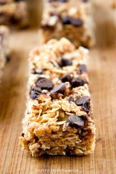 Chewy Peanut Butter Chocolate Chip Granola Bars - another fantastic version of our favorite no-bake granola bars! Because everybody loves peanut butter and chocolate combo! #recipe #snack