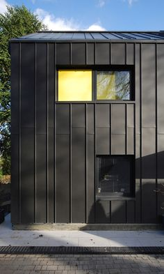 Varying module adds texture MiCasa by Stephen Davy Peter Smith Architects/ Kings Langley, UK Metal Facade, Metal Siding, Modern Architecture House, Facade Architecture, Modern House Design, Zinc Cladding, Exterior Cladding, Black House Exterior, Steel Buildings