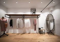 Design Garderobe für Ladeneinrichtungen. Gemacht aus Holz und Rohren (Wasserröhren)