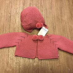 This Pin was discovered by Pat Knitting For Kids, Baby Knitting Patterns, Sewing For Kids, Knitting Designs, Knitted Baby Cardigan, Knitted Baby Clothes, Knit Or Crochet, Crochet Baby, Knitting Videos