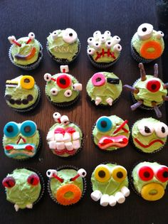 UUI: Make your own Halloween Monster Cupcakes. Blank cupcakes with topping bar Powers Powers Powers Powers Kathryn Malaney I think the boys would love this! Halloween Cupcakes, Alien Cupcakes, Alien Cake, Monster Cupcakes, Halloween Treats, Halloween Party, Haloween Cakes, Spooky Treats, Cupcakes Fall