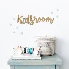 Letrero Kids Room | Han llegado a Kenay Home divertidos letreros infantiles de madera. Son perfectos para complementar la decoración del dormitorio de los peques de la casa. Coloca el modelo Kids Room en su rincón favorito o en la zona de juegos, ¡Les encantará!  #kenayhome #home #letrero #madera #kids #room #kidsroom #wood #natural #cesto #fresh #juguete #mat #azul #menta #mint #triangle #vinilo #white #interior #design #whiteinterior #mesita #noche #fred #nordik Kidsroom, Bath Caddy, Wall Decor, Diy, Yurts, Bunk Bed Ladder, Wooden Signs, Bunk Beds, Little Cottages