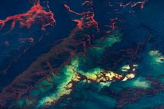 Photographer aerial Gulf of Mexico oil spill pollution shocking pictures.