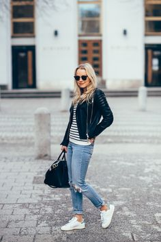 Leather jacket // stripe knit // ripped mom jeans // sneakers // outfit by jonnamaista White Shoes Outfit Sneakers, Tennis Shoes Outfit, Sneakers Fashion Outfits, Dress With Sneakers, Sneaker Outfits, Jeans Outfit Winter, Casual Winter Outfits, Outfit Summer, Spring Outfits