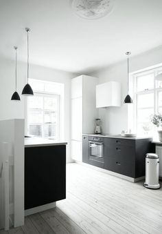#reforma #cocina (presupuestON.com) en apartamento rehabilitado con 2 frentes de muebles bajos color carbón, suelo de parquet.