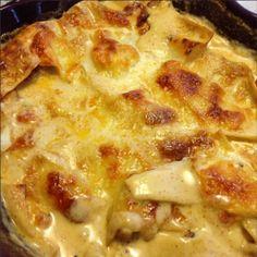 Här kommer ett riktigt bra recept på kycklinggratäng och det är nästan skamligt enkelt! En favorit hos barn och vuxna. (Vill tillägga att jag tyvärr inte minns vart det kommer ifrån, men receptet måste bara spridas för att det är så gott!). Det här behöver du: Lasagneplattor Kycklingfilé Tacokrydda Mozarella Smör … Gnocchi, Tasty, Yummy Food, Cheeseburger Chowder, Macaroni And Cheese, Food And Drink, Soup, Lunch, Dinner