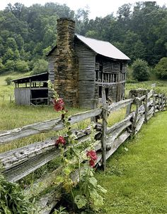 The ruins of an old fashioned house and barn shed in rural North Carolina. Country Barns, Old Barns, Country Living, Country Life, Country Charm, Country Roads, Country Farmhouse, Modern Farmhouse, Abandoned Houses