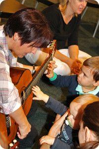 Harmóniában a gyermekek között – éneklő-zenélő nevelők az élményalapú nevelésért | RAABE KLETT Oktatási Tanácsadó és Kiadó Kft. Train, Zug, Strollers