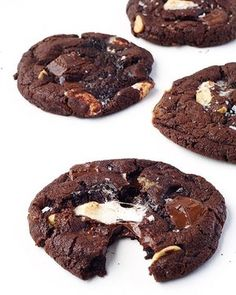 NEW Dark Chocolate Marshmallow Sea Salt Cookies! 🍫🍫 Thin and chewy cookies with pockets of gooey marshmallow, crunchy peanuts and melted chocolate - it's a rocky road lovers dream! Recipe now on sweetestmenu.com, link in profile! 👆🏻 #cookies #chocolate