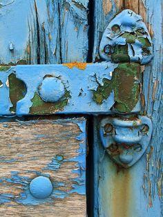 Trendy old door handle peeling paint ideas Old Doors, Windows And Doors, Tableaux D'inspiration, Knobs And Knockers, Blue Texture, Peeling Paint, Architectural Features, Diy Door, Sliding Glass Door