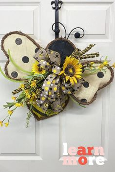 Learn how to make a cute and simple bee wreath with this tutorial. Click on the pin title to see the whole video tutorial! Gothic Home Decor, Unique Home Decor, Cheap Home Decor, Home Decor Accessories, Decorative Accessories, Cheap Beach Decor, Home Remodeling Diy, Home Decor Paintings, Wreath Tutorial