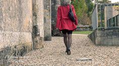 Femme qui marche. La femme en rouge. Femme de dos portant un trench rouge, une jupe droite noire et des escarpins.