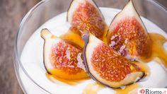 La marmellata di fichi è una delle confetture più nutrienti tra quelle preparate con la frutta. Bisogna dire però che non piace proprio a tutti perchè è granulosa per via dei vari semini dei fichi impossibili da eliminare completamente. Tuttavia, se si cuoce per il tempo corretto, la marmellata di fichi è g