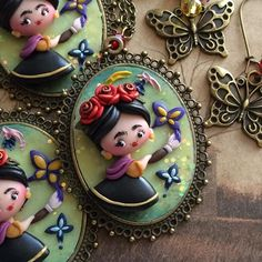 Piccole Frida con farfalle, l'up speciale dedicato a lei sarà sabato prossimo 💜 #icapriccidicolombina #fimo #polymerclay #handmade #fanart #fridakahlo #butterfly #art #mexico #kawaii #chibi #historyofart Biscuit, Rock Jewelry, Pasta Flexible, Polymer Clay Crafts, Clay Tutorials, Cold Porcelain, Clay Creations, Diy And Crafts, Chibi