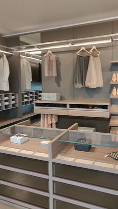 Exclusive Livitalia panorama dressing room system - The Livitalia Panorama dressing room system is a walk-in design wardrobe system and can only be pla -