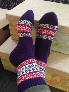 knitgans' Karelian socks for Cath Crochet Socks, Knit Mittens, Mitten Gloves, Knit Crochet, Knit Socks, Knitting Designs, Knitting Patterns, Cozy Socks, Sock Knitting