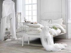 Drömsovrum i vitt! LEIRVIK säng, SIGURD bänk, BRYNE nät.