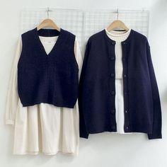 ชุดน้ำเงินขาว เข้ากันมากๆ แบบรูปคือเน้นเป็นเสื้อคลุมหรือเสื้อกี๊กสีน้ำเงิน ข้างในแต่งเป็นสีขาวไปเลย