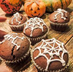 Halloween muffin Mennyei desszertek október 27, 2014 Íme, a Halloweenről ittmaradt borzalom-süti! Ám amint beleharapsz, rájössz, hogy az erős kifejezés nem a süti külalakjára, hanem inkább ízére vonatkozik: borzalmasan finom! Nyomtasd ki Hozzávalók 2bögreliszt 1bögrecukor 1 bögre tej vagy joghurt 2 evőkanál natúr kakaó 0,5 bögre olaj 1 tojás 1 cs. sütőpor (1 bögre=250 ml)Folytatás