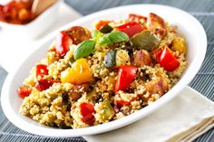 This Couscous Salad with tomatoes, cucumber and chick peas is a great midweek lunch. Tuna Fish Salad, Cobb Salad, Tuna Fish Recipes, Chicken Recipes, Couscous Royal, Lettuce Tacos, Couscous Salat, Scampi Recipe, Vegetarian Recipes