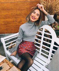 Black tights, red printed pencil skirt, gray turtleneck shirt, winter outfit, work outfit - All About Fashion Winter Outfits For Teen Girls, Casual Winter Outfits, Fall Outfits, Christmas Outfits, Winter Dresses, Street Style Summer, Street Style Looks, Autumn Fashion Casual, Winter Fashion