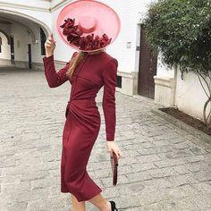 Invitadas corto - vestido burdeos y pamela rosa  #elegant #elegantdaywear #hat