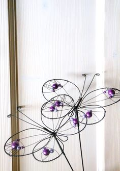 Zápich motýl Zápich je z černého žíhaného drátu, na který jsou navléknuty perleťové korálky. Motýl je velký cca 15x11 cm a vyška je cca 32 cm. Na okně, při denním světle, krásně vyniknou barevné korálky. Zápich se hodí do květináčů, suchých vazeb a různých dekorací. Ve vlhku může chytit patinu, je ošetřen proti korozi. Cena za kus. V nabídce jsou barvy: ...