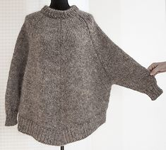 Ravelry: Arvingen pattern by Pia Hernø - Grey knitted sweater poncho Diy Poncho, Pull Poncho, Poncho Pullover, Knitted Poncho, Poncho Sweater, Big Sweater, Sweater Knitting Patterns, Knit Patterns, Free Knitting